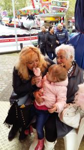 Drie generaties genieten van kermis en suikerspin!